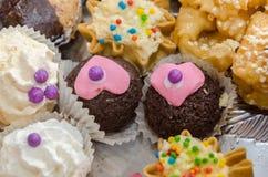 Kuchen verziert mit handgemachtem Pulver und Herzen Stockbilder