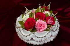 Kuchen verziert mit Sahne. Lizenzfreies Stockbild