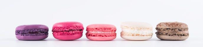 Kuchen von verschiedenen Farben liegen in Folge, auf einem weißen Hintergrund lizenzfreies stockfoto