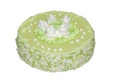 Kuchen würzte den grünen Tee, der mit weißen Blumen verziert wurde lizenzfreie stockbilder