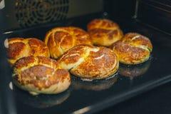 Kuchen wird im Ofen gebacken stockfotos