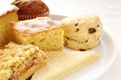 Kuchenauswahl auf weißer Servierplatte Lizenzfreie Stockfotos