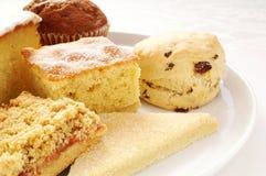 Kuchenauswahl auf weißer Servierplatte Lizenzfreie Stockfotografie