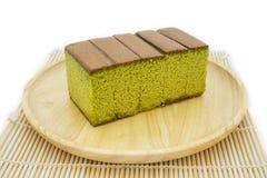 Kuchenkäsekuchen grünen Tees Japaner Matcha auf hölzerner Platte und traditioneller Matte Stockbilder