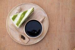 Kuchenkäsekuchen grünen Tees Matcha und heißer Kaffee Lizenzfreie Stockfotos