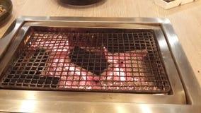 Kuchenka z palącym węglem drzewnym dla yakiniku zdjęcia stock