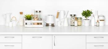 Kuchenna ławka pełno różnorodni naczynia odizolowywający na białym tle Zdjęcia Royalty Free