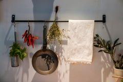 Kuchenna dekoracja z obwieszenie nieckami i garnkami Obrazy Stock