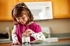 Kuchenna dziewczyna: Dunking ciastko w szkło mleko Zdjęcie Royalty Free