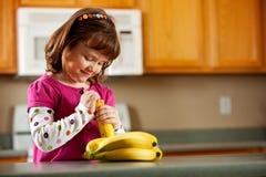 Kuchenna dziewczyna: Przygotowywający Jeść banana Zdjęcie Royalty Free