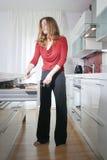 kuchenna nowożytna kobieta Zdjęcia Royalty Free