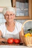 kuchenna starsza uśmiechnięta kobieta fotografia royalty free