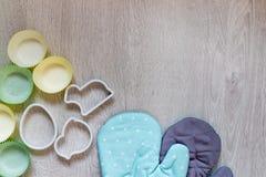 Kuchenne akcesoria krajaczy rękawiczki na drewnianym stole zdjęcie royalty free