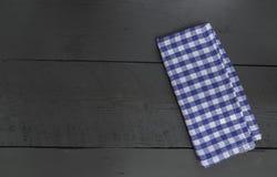 Kuchennego ręcznika błękit na czarnym drewnianym tle Obrazy Royalty Free