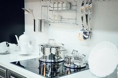 Kuchenni akcesoria, naczynia nowoczesna kuchnia wewnętrznego obraz stock
