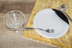 Kuchenni naczynia nad drewnianym stołem z copyspace obraz stock