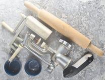 Kuchenni narzędzia na szarość betonu tle Rolownik, mincer, łęk zdjęcie stock