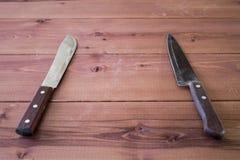 Kuchenni noże na stole Drewniany tło Fotografia Royalty Free
