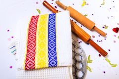 Kuchenni ręczniki z Rumuńskim stic, tricolor lub drewnianą łyżką i Fotografia Stock