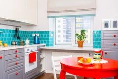 Kuchenny cecha zmrok - szarzy mieszkanie przodu gabinety dobierać do pary z białymi kwarcowymi countertops zdjęcie stock
