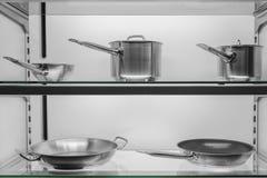 Kuchenny cookware w sklepowym okno Zdjęcie Royalty Free