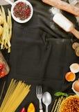 Kuchenny fartuch, składniki i makaron, obrazy stock