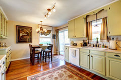 Kuchenny izbowy wnętrze z łomotać teren Obraz Royalty Free