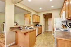 Kuchenny izbowy wnętrze z dachówkową podłoga otwarte plan piętra Fotografia Stock