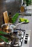 Kuchenny kontuar z stal nierdzewna piekarnika kuchenką fotografia royalty free