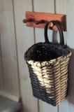 Kuchenny kosz na drewnianym wieszaku Fotografia Royalty Free