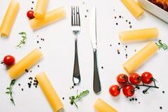 Kuchenny kreatywnie cutlery bielu tło Zdjęcia Royalty Free