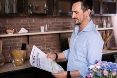 kuchenny mężczyzna gazety czytanie Obrazy Stock