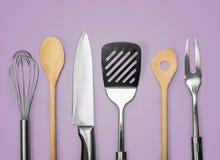 Kuchenny metal i drewniany naczynie na tle Fotografia Stock