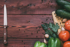 kuchenny miejsca pracy pojęcie świezi warzywa, pikantność i nóż na drewnianym stole, Fotografia Royalty Free
