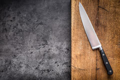Kuchenny nóż na betonowej lub drewnianej desce obraz stock