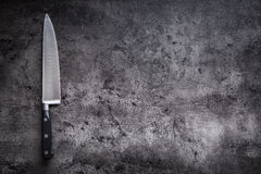 Kuchenny nóż na betonowej lub drewnianej desce zdjęcia royalty free