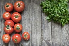 kuchenny pojęcie Grupa resh pietruszka na starym woode i pomidory Obrazy Royalty Free