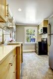 Kuchenny pokój z czarną kuchenką Fotografia Royalty Free