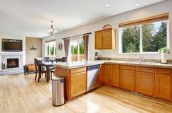 Kuchenny pokój z granitów wierzchołkami i miodowymi brzmienie gabinetami Obraz Stock