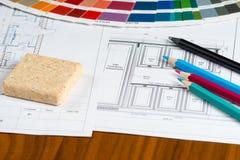 Kuchenny projekt z paletą, materialne próbki, ołówki Obrazy Stock