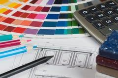 Kuchenny projekt z paletą, tabletop próbkami, ołówkami i calc, Fotografia Stock