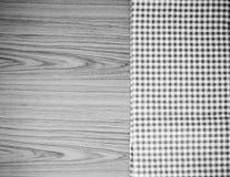 Kuchenny ręcznik na drewnianego tła koloru brzmienia czarny i biały stylu Zdjęcia Royalty Free