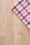 Kuchenny ręcznik na drewnianym tle obraz royalty free
