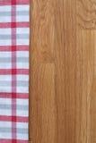 Kuchenny ręcznik na drewnianym tle obrazy stock