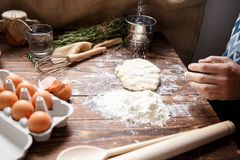 Kuchenny stół podczas przygotowania ciasto fotografia royalty free
