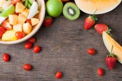 Kuchenny stół z rozmaitością owoc rama - zdrowy łasowanie i Obrazy Royalty Free
