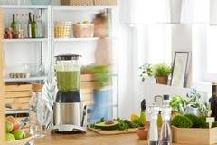 Kuchenny stół z warzywami i blender Fotografia Stock