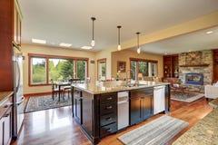 Kuchenny teren z otwartym podłogowym planem, widokiem żywy pokój i jadalnią, Fotografia Royalty Free