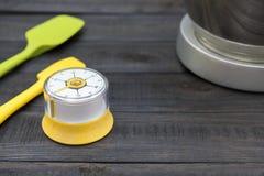 Kuchenny timekeeping i kucharstwa narzędzie na drewno stole Zdjęcia Royalty Free