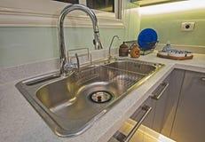 Kuchenny wewnętrzny projekt luksusowy mieszkanie metalu zlew Zdjęcia Royalty Free